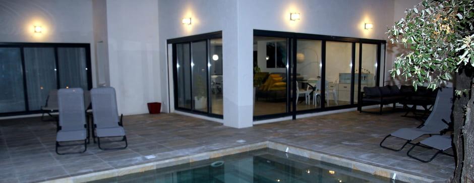 bains de soleil autour de la piscine sur la terrasse de la villa grand confort en location saisonnière sur Montpellier