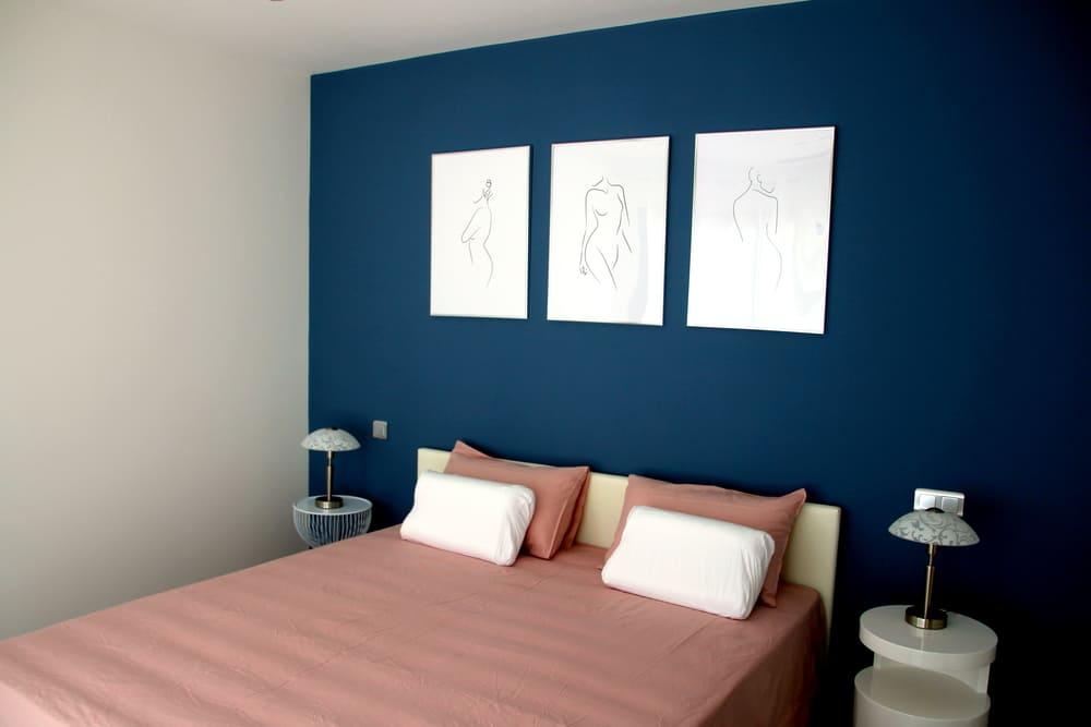 Tables de chevets de chaque coté du lit grand confort de la chambre parentale avec dressing villa en location proche Pic St loup
