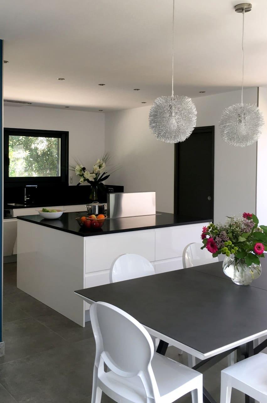 cuisine totalement aménagée ouvrant sur la salle à manger avec mobilier moderne grand standing location villa grand standing avec piscine