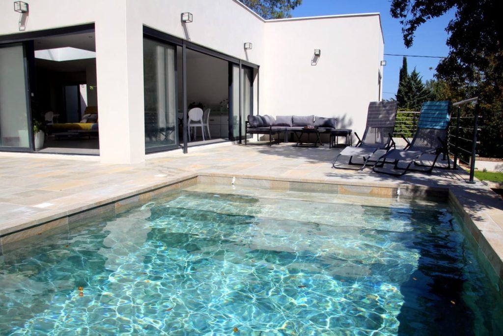 Piscine accessible depuis la terrasse de la villa avec piscine à Montpellier proche du Pic St loup