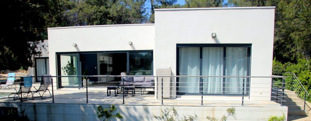 face sud de la belle villa contemporaine pour une location maison de vacances avec piscine Montpellier proche Pic St loup