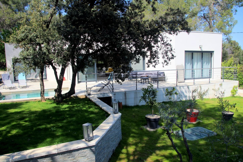 Villa dans un cadre de verdure pin et pelouse espace sécurisé pour un grand confort pendant votre séjour en famille