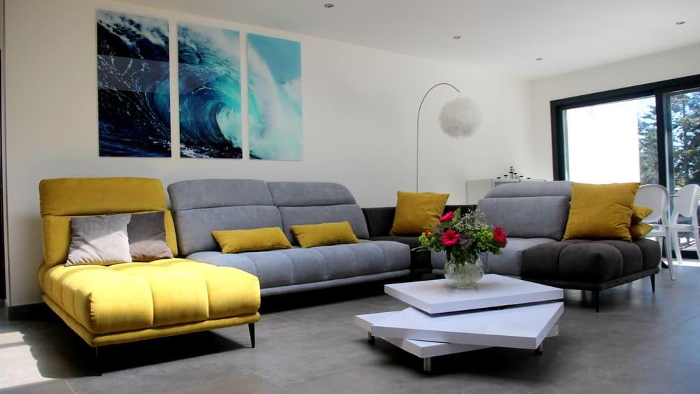 salon canapé et table contemporaine très design confort assuré pour toute la famille location maison de vacances avec piscine Montpellier