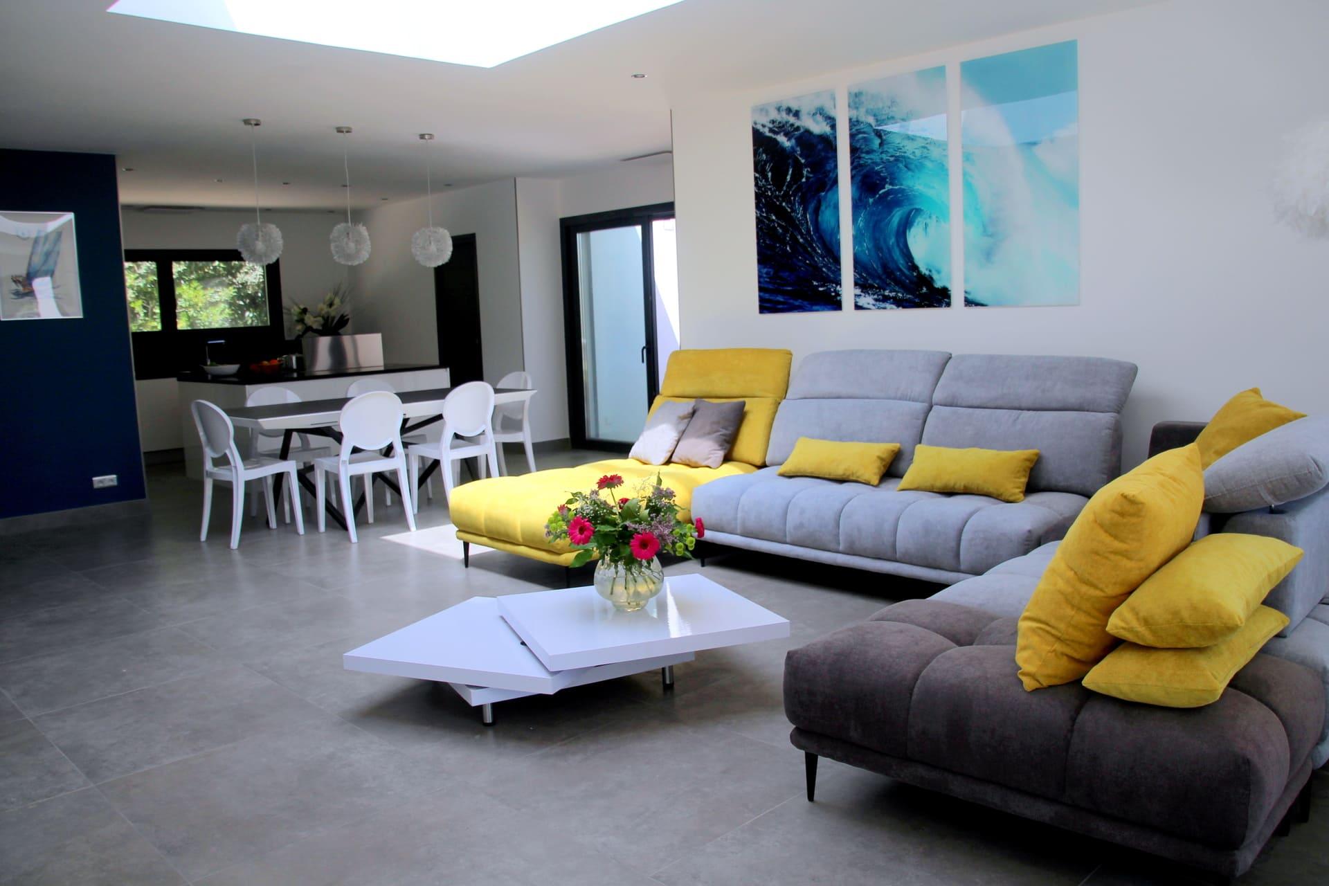 salon salle à manger et cuisine dans le même volume de cette villa en location saisonnière proche de Montpellier Esprit du sud