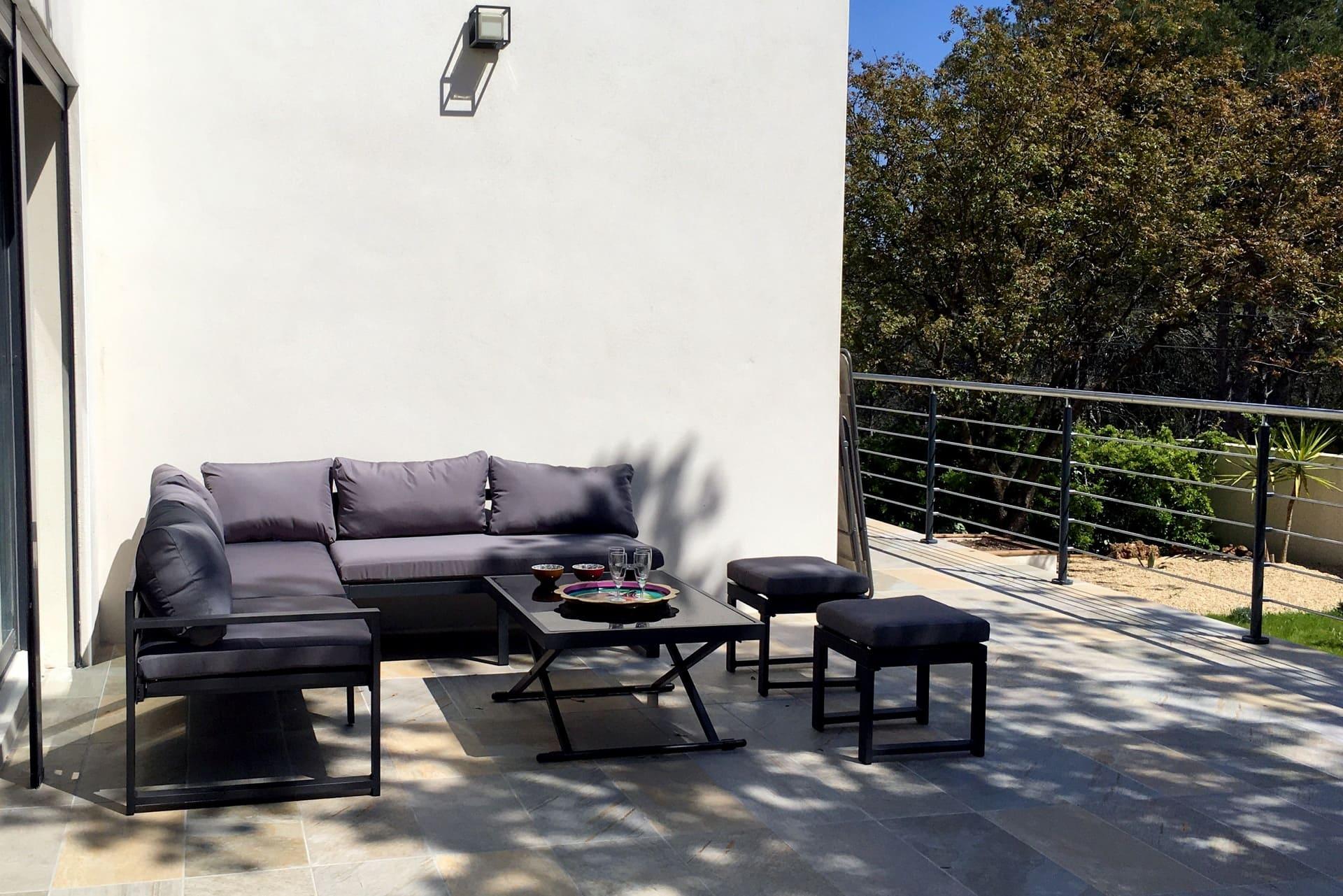 salon extérieur pour détente au soleil en famille avant de plonger dans la piscine esprit du sud à Montpellier
