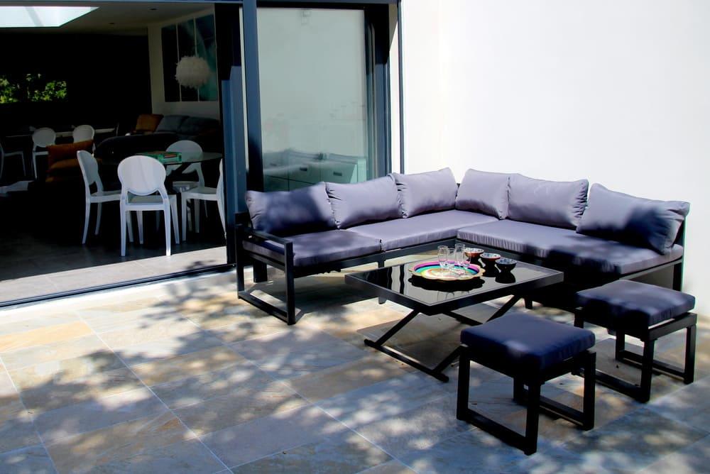 salon-extérieur avec cousin et table pour l'apéritif du soir en famille ou entre amis location saisonnière villa avec piscine Pic St loup Montpellier