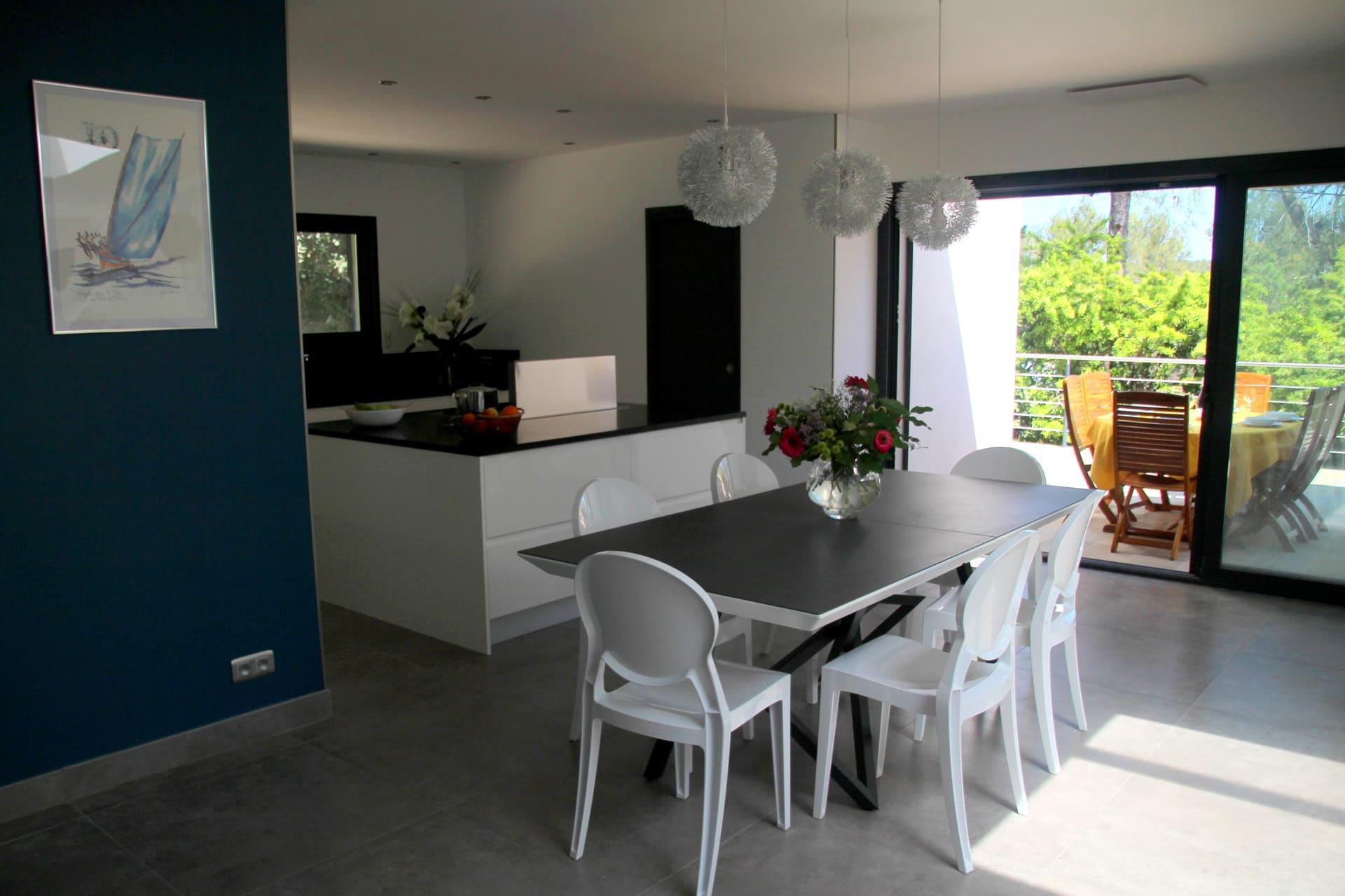 séjour cuisine aménagée tous instruments séjour en famille location saisonnière villa de standing proche Montpellier