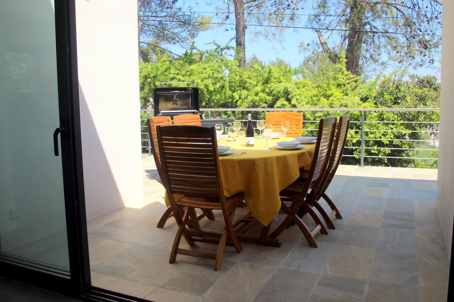 terrasse à l'est de la villa pour les repas le soir en famille en toute tranquillité location saisonnière maison vacances avec piscine