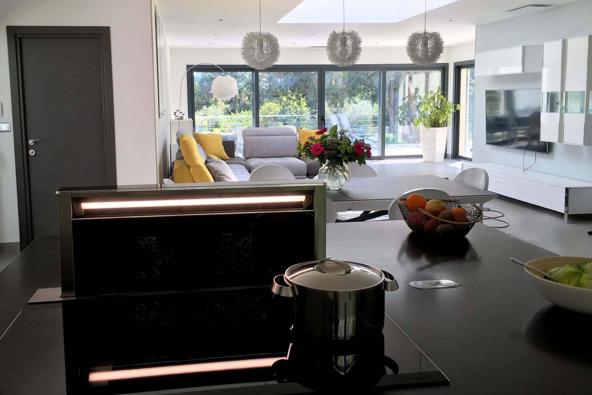 cuisine tout équipée plan de travail et équipements appareillage de cuisson matériau de qualité location saisonnière maison vacances à Montpellier