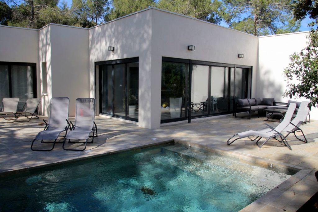 location saisonnière villa de standing vacances Prades le lez piscine sécurisée bain de soleil